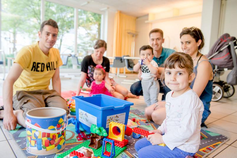 <div> Ehrenamtliche Helfer und Betreuer von Prokids kümmern sich um die Kinder der Kursteilnehmer.</div>