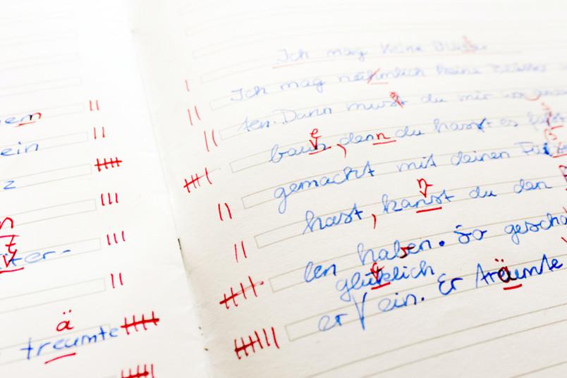 Handschriftlicher Text mit roten Korrekturen
