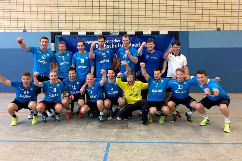 Jubelnde Handballmannschaft