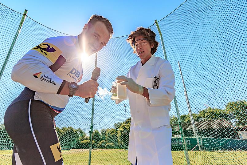 Ein Sportler und ein Wissenschaftler stehen nebeneinander.