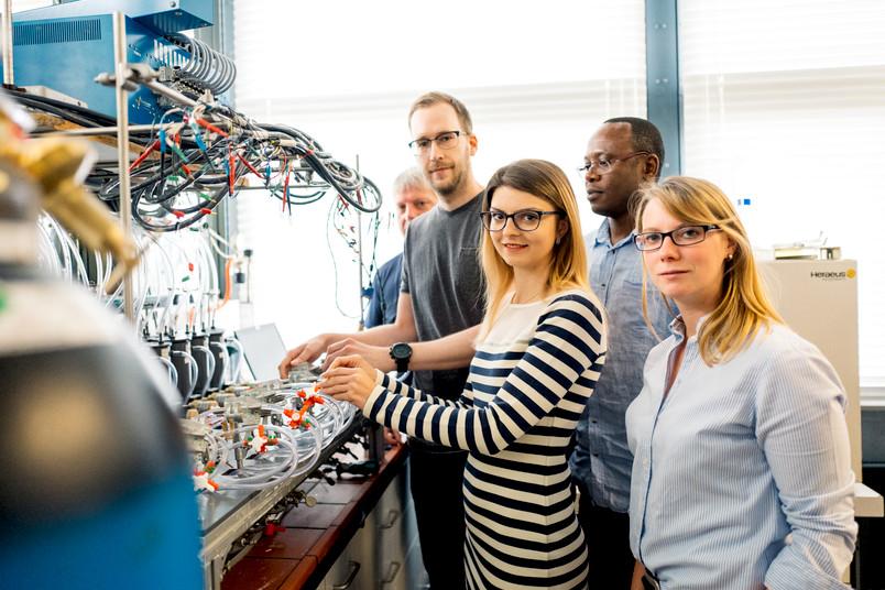 Fünf Forscher im Labor