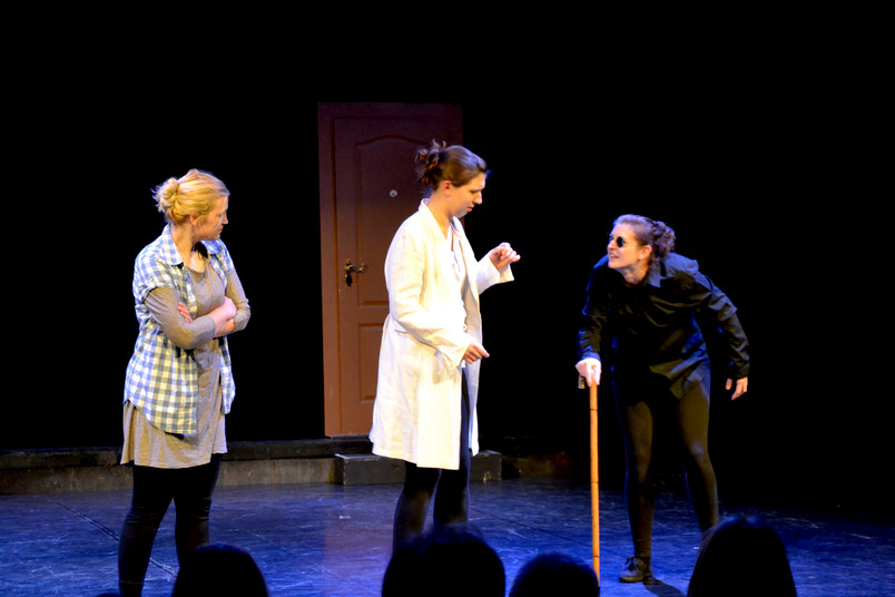 Theaterprobe mit drei Schauspielerinnen