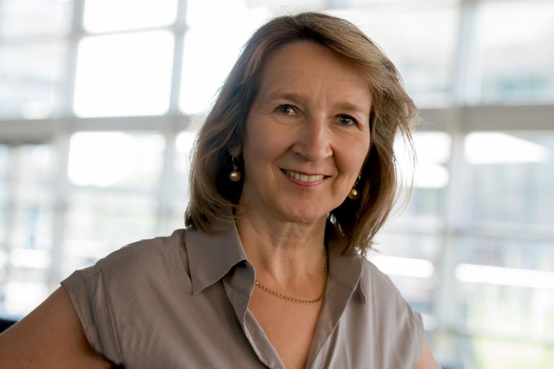 Porträt einer etwa 55-jährigen Frau
