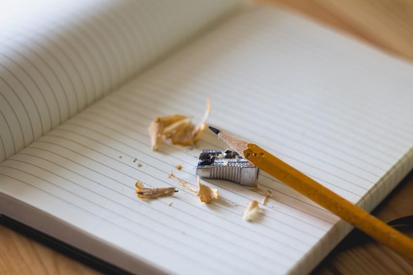 Heft, Bleistift und Spitzer