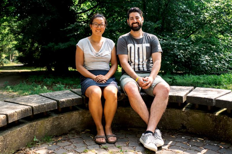 Frau und Mann sitzen nebeneinander auf einer Bank.