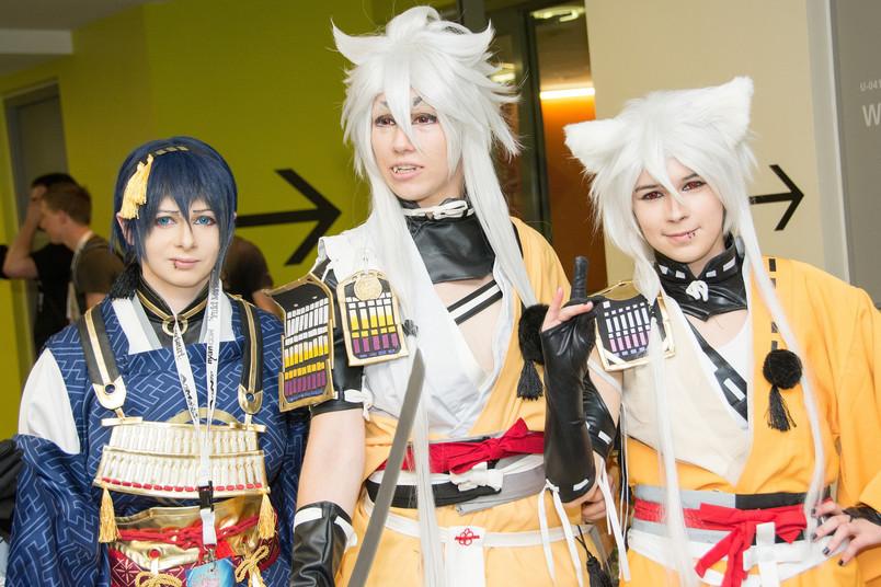 Drei junge Menschen in Cosplay-Kostümen