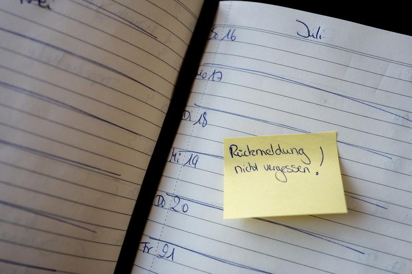 Notizzettel klebt im Kalender.
