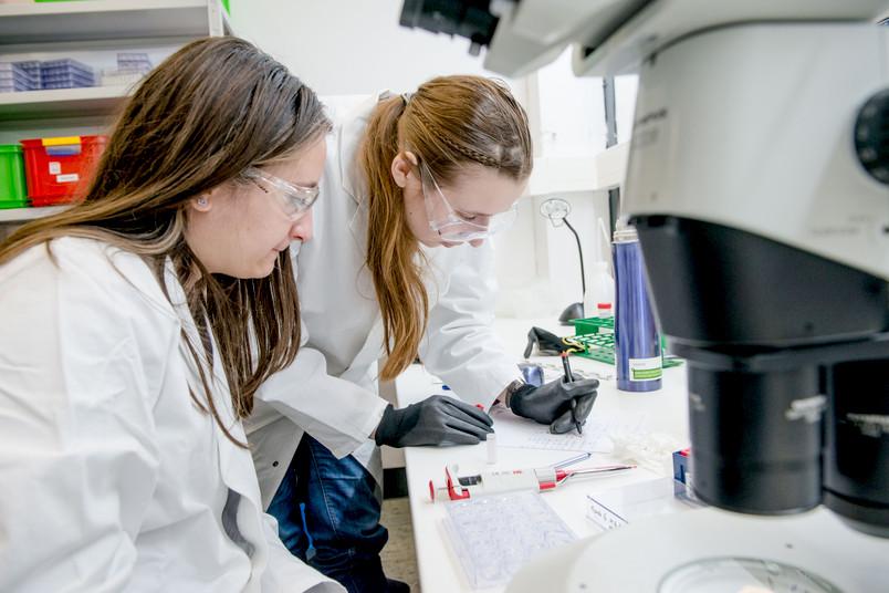 Zwei Forscherinnen im Labor