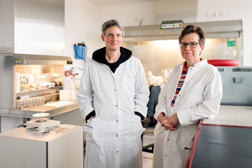 Zwei Medizinerinnen in weißen Kitteln