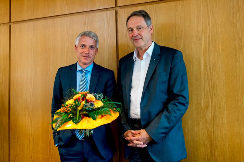 Gereon Wolters (links) und Rektor Axel Schölmerich