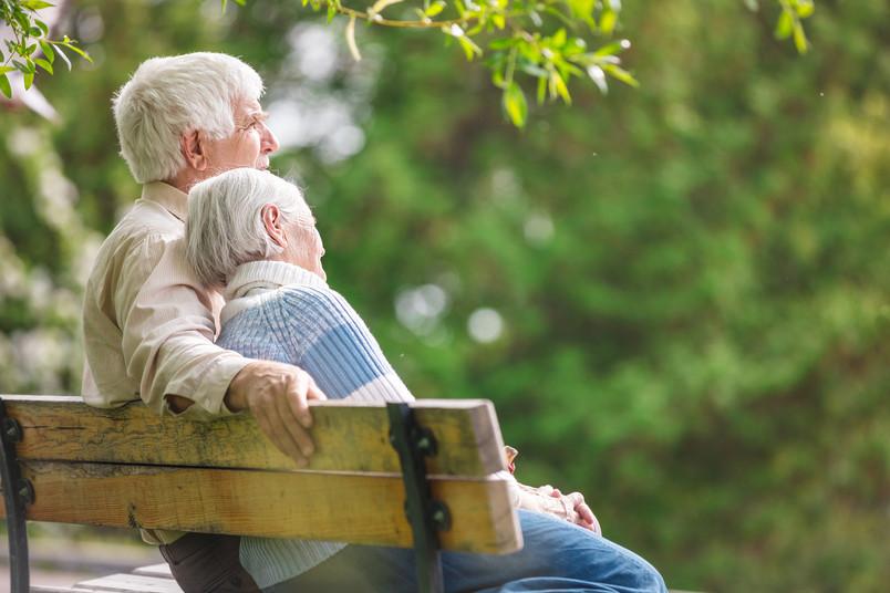 Älteres Paar auf einer Bank