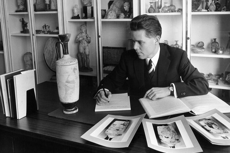 Schwarz-Weiß-Porträt eines Mannes, etwa 30-35 Jahre alt