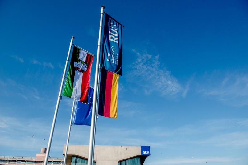 Beflaggung mit vier Fahnen: EU, Deutschland, NRW, RUB