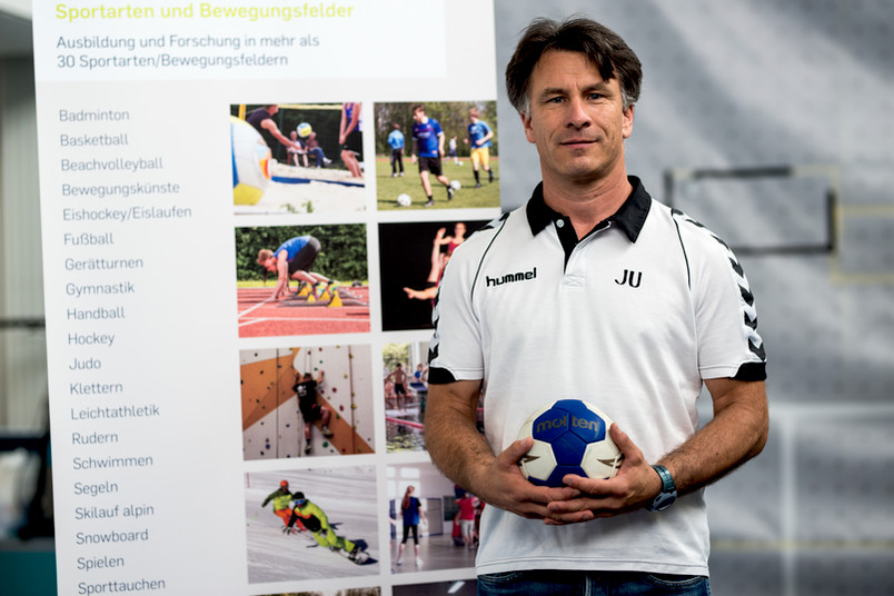 Mann in Trikot mit Handball
