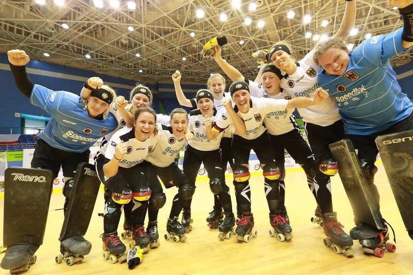 Rollhockey-Spielerinnen freuen sich.