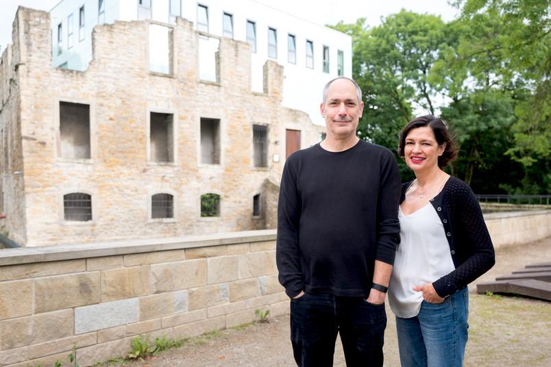 Jeffrey Ian Ross und Natasha Cabrera stehen vor dem Kubus im Schlosspark Weitmar