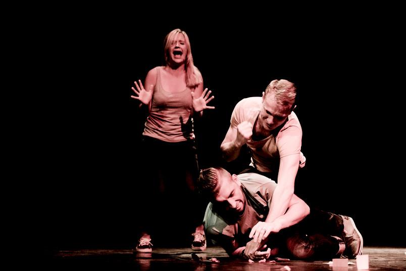 Drei Studierende bei einer Theateraufführung