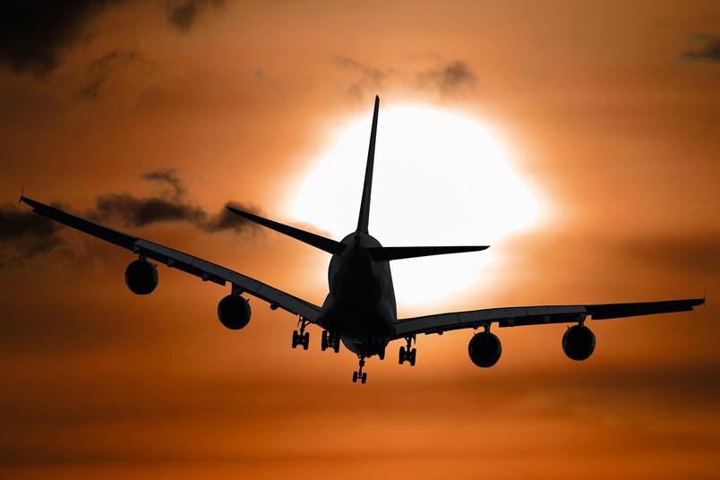 Flugzeug in der Dämmerung