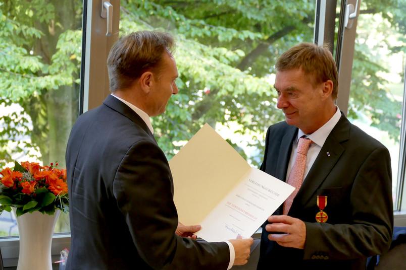 Zwei Männer bei einer Verleihung