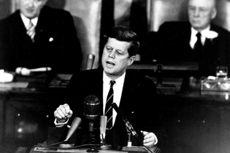 Schwarz-Weiß-Aufnahme von John F. Kennedy