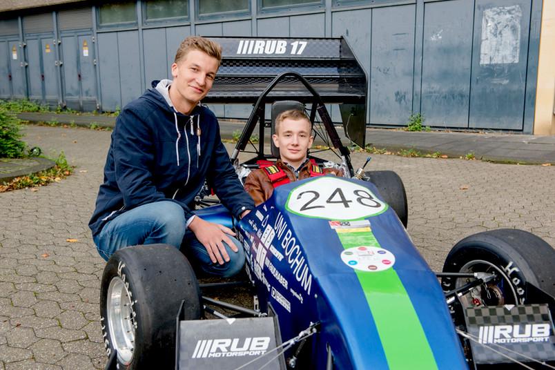 <div> Darius Loebert (links) und Erik Wollenweber freuen sich über das Stipendium der Fakultät für Maschinenbau.</div>