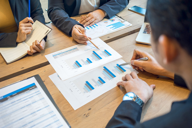Menschen am Besprechungstisch analysieren Unternehmensdaten