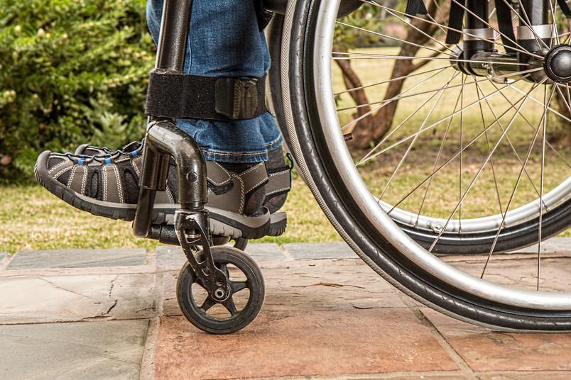 Ausschnitt eines Rollstuhls mit Fahrer