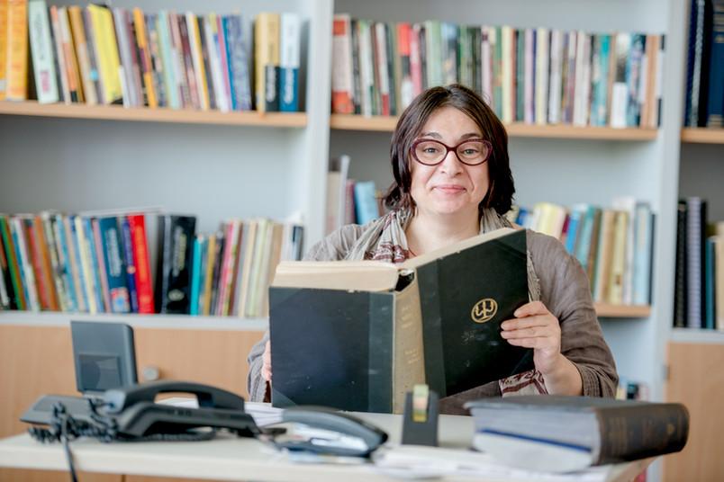 Frau mit dickem Buch