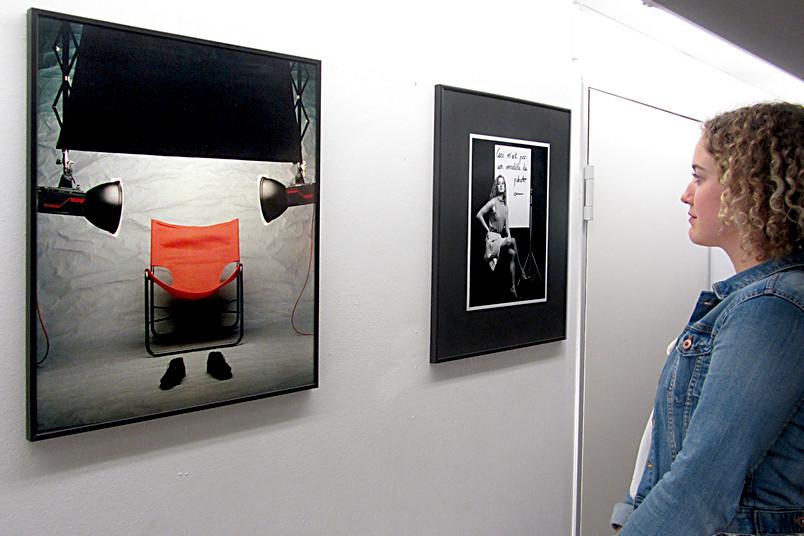 Studentin betrachtet ausgestellte Fotos