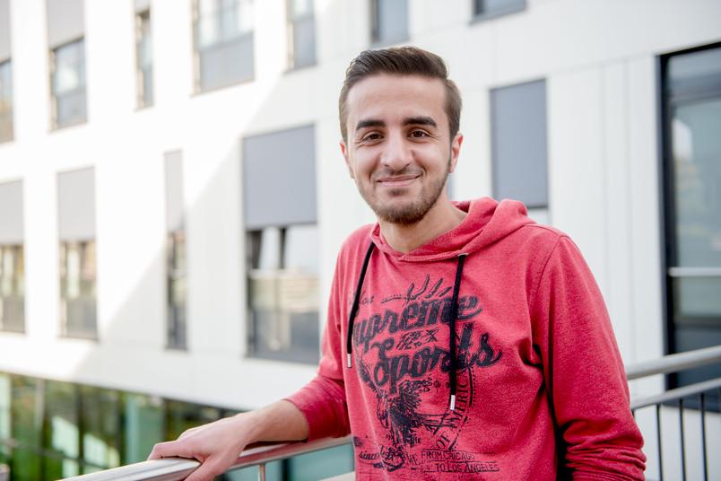 Porträt eines etwa 20-jährigen syrischen Studenten