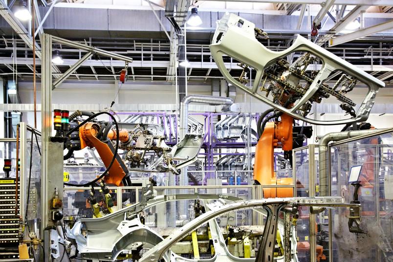 Industrieroboter bewegen Autokarosserieteile.