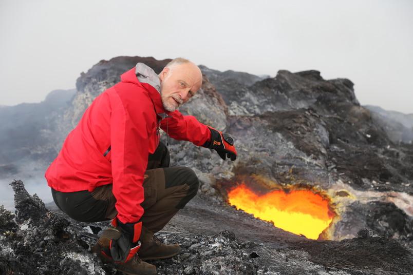 Mann neben glühender Lava