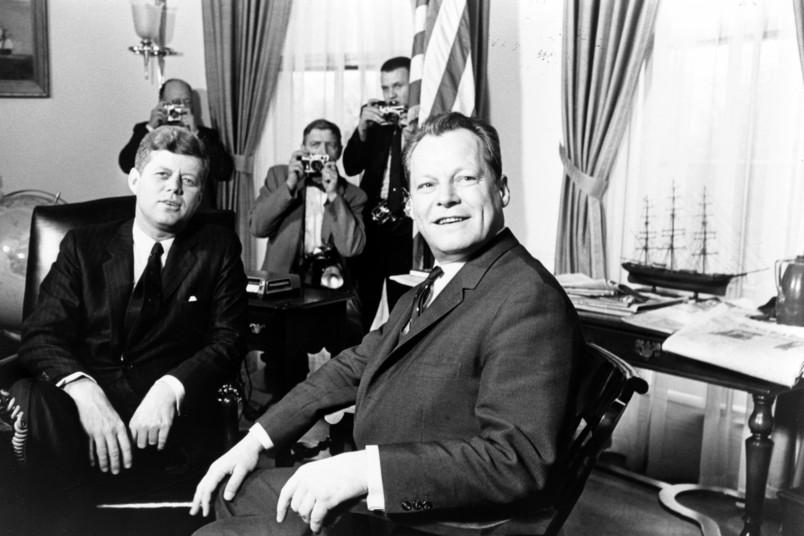 <div> John F. Kennedy (links) empfängt Willy Brandt: Der deutsche Politiker genoss weltweit hohes Ansehen.</div>