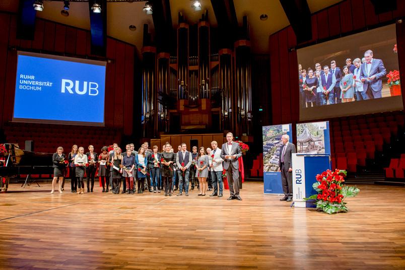 Gruppenbild mit Studierenden und Rektor bei der Akademischen Jahresfeier 2016
