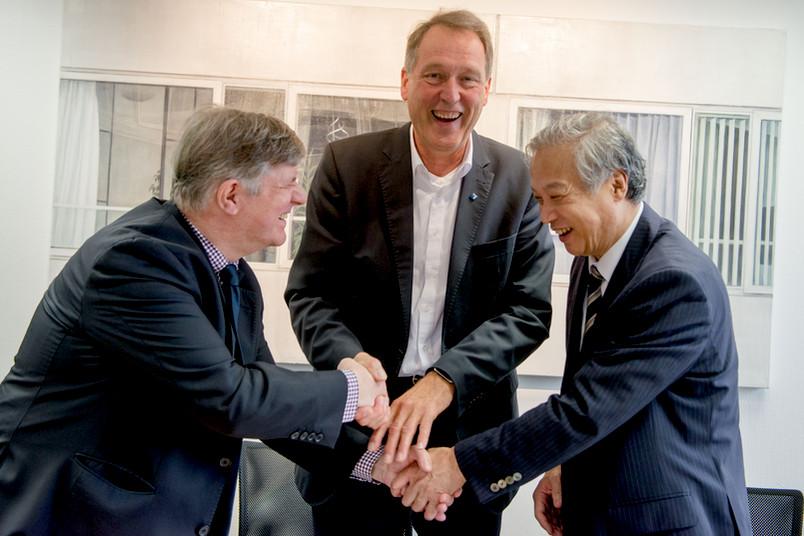 <div> Auf eine gute Partnerschaft: Dekan Matthias Rögner, Rektor Axel Schölmerich und Institutsdirektor Haruki Nakamura aus Osaka (von links) haben die Zusammenarbeit soeben vertraglich besiegelt.</div>
