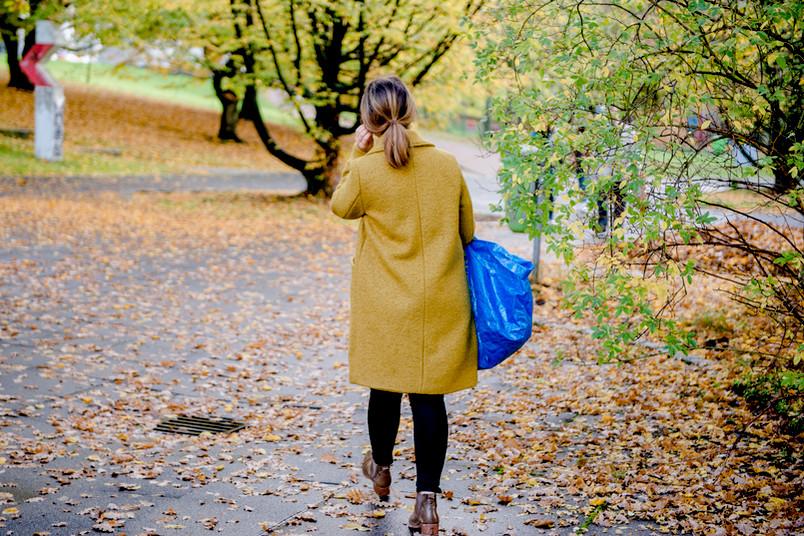 Frau mit blauer Tasche