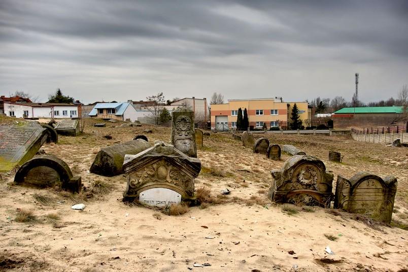 Friedhof unter Sand begraben