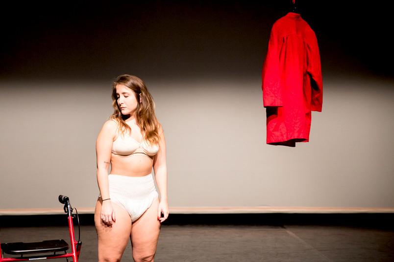 Frau in Unterwäsche auf einer Bühne