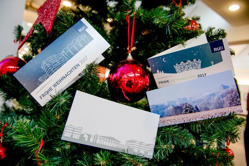 Vier Weihnachtskarten am Tannenbaum
