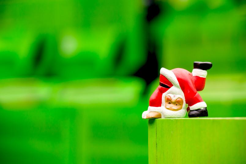 Mini-Nikolaus-Figur turnt im Hörsaal