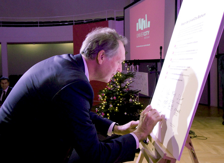 Für die RUB unterzeichnet Rektor Prof. Dr. Axel Schölmerich die Mission der Univercity Bochum.