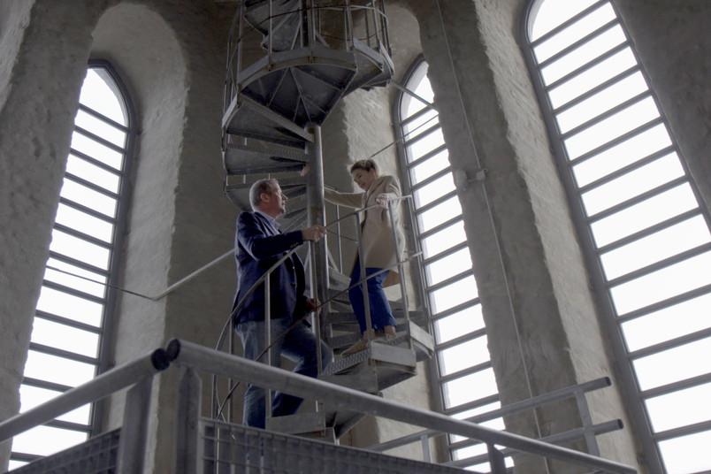 <div> Ab auf die Wendeltreppe: Jürgen Margraf testet, ob Anke Engelke Höhenangst hat.</div>
