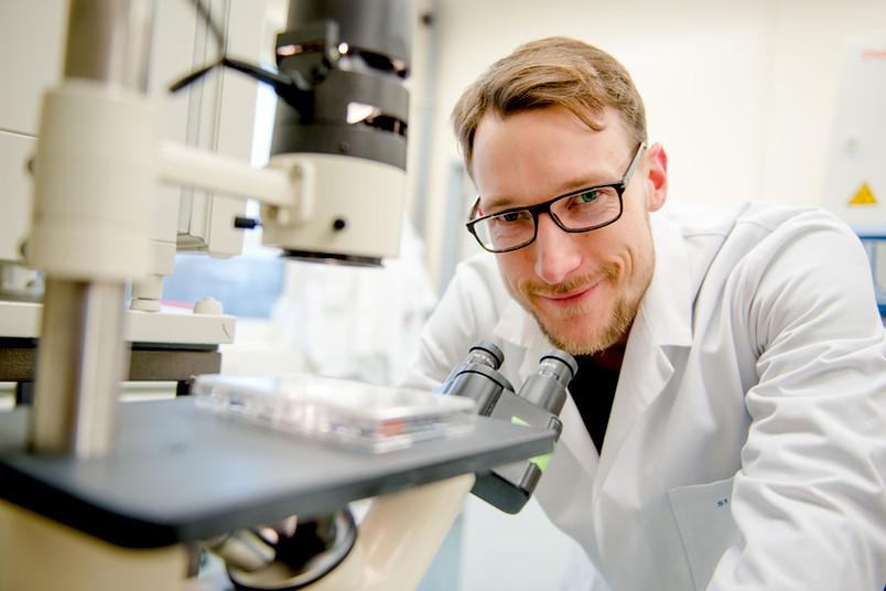 Forscher mit Mikroskop