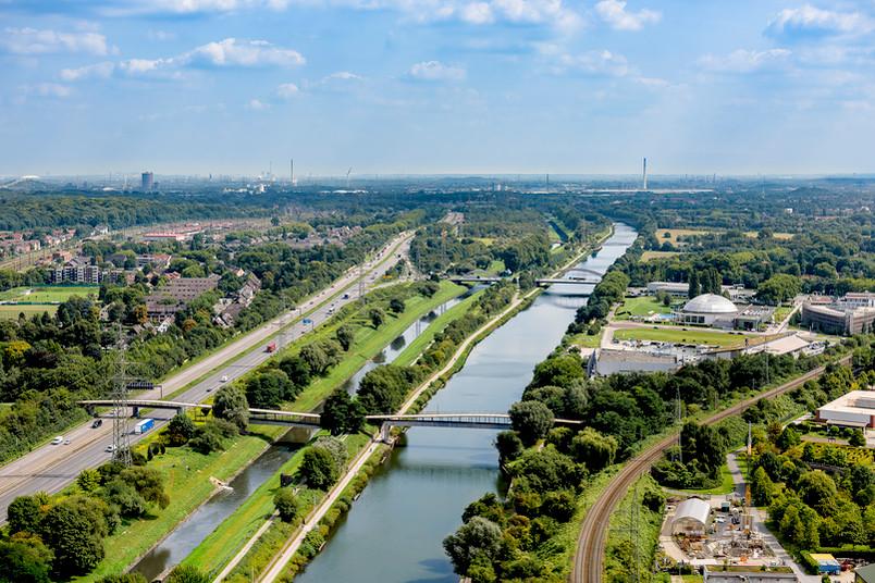 Luftbild eines Flusses und angrenzender Wohnsiedlungen