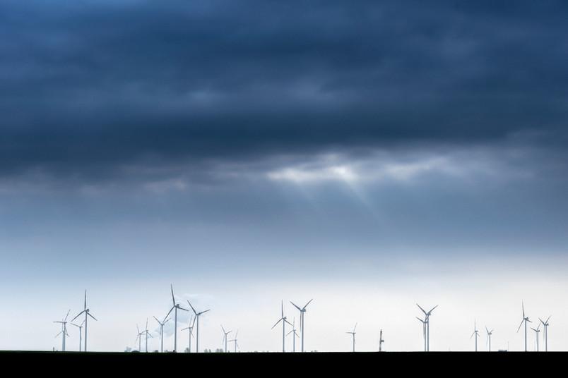 Windräder unter dunklem Himmel
