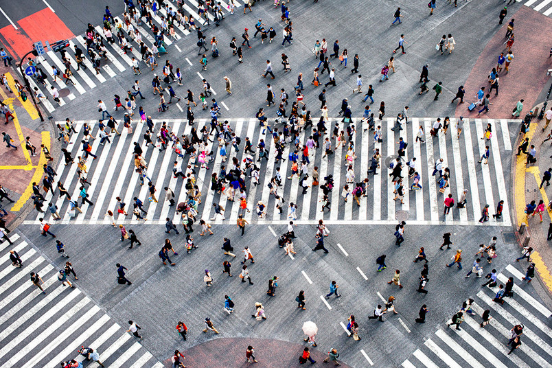 Luftbild von Menschen auf einer Straßenkreuzung