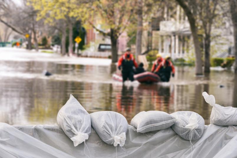Boot fährt über eine überschwemmte Straße.