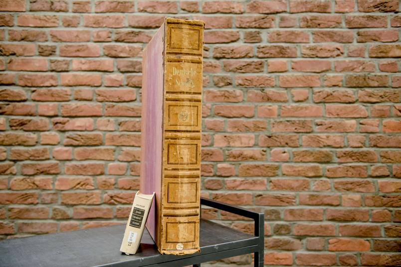 Großes und kleines Buch stehen nebeneinander.