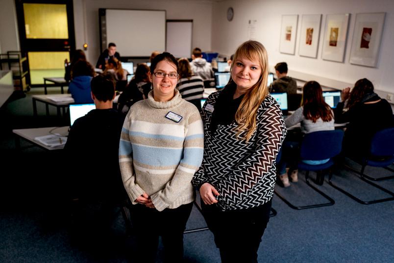<div> Nadine Wachnaus (links) und Katrin Butterbach geben Oberstufenschülern Tipps zur Literaturrecherche.</div>
