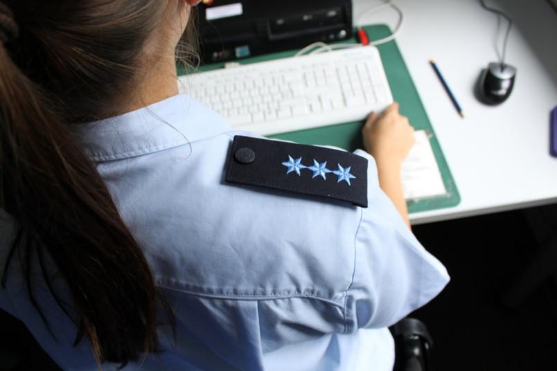 Polizistin arbeitet an einem Computer.
